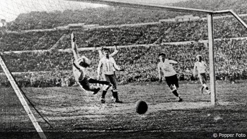 El primer gol mundialista de la historia fue logrado por el francés Lucien Laurent.