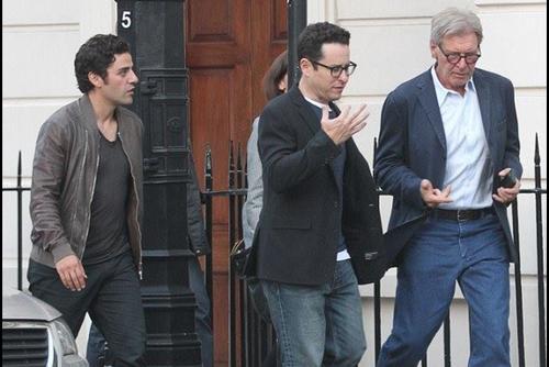 J.J. Abrams, Harrison Ford y Oscar Isaac caminan juntos por las calles de Londres. (Foto: Star Wars Now)
