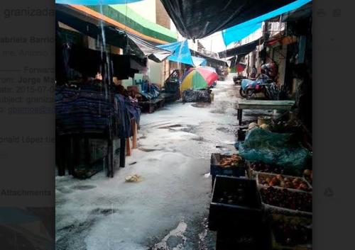 Las fuertes lluvias causaron que varios comerciantes se vieran afectados en el mercado del lugar. (Foto: Ronald López/NuestroDiario)