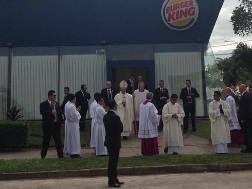 Justo el momento en que el papa Francisco sale del Burguer King. (foto: Twitter Pablo Ordaz)