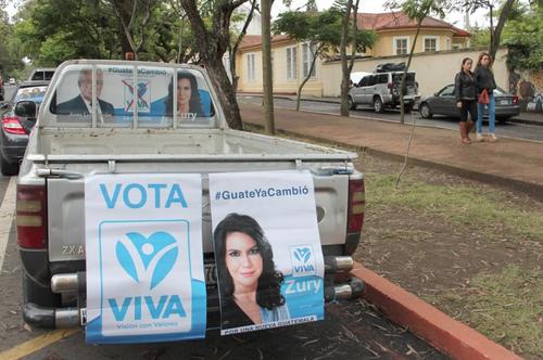 El sábado, simpatizantes de Zury Ríos organizaron una caravana de vehículos para pedir su inscripción como candidata. (Foto: Alejandro Balán/Soy502)