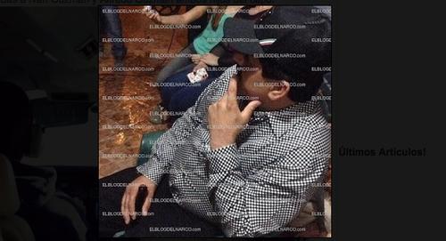 En esta fotografía, Joaquín Guzmán parece estar relajado en un evento al que asisten otras personas. Se desconoce su origen y la fecha en la que fue tomada. (Foto: El Blog del Narco)