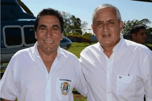 El alcalde de Barberena, Rubelio Recinos Corea, aquí junto al presidente Otto Pérez Molina quedó fuera de la contienda electoral.