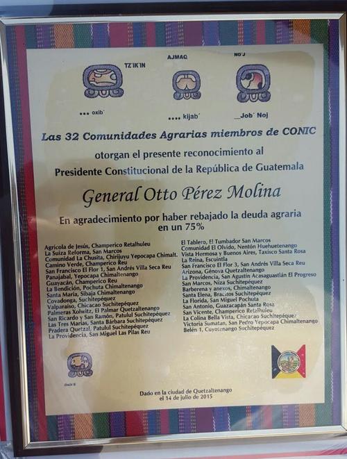 Conic le entregó este reconocimiento al presidente Otto Pérez Molina en su aniversario. (Foto: Presidencia)