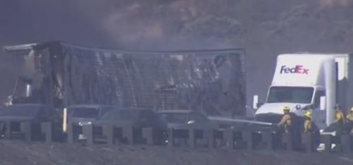 Los cuerpos de socorro controlaron el fuego de los autos que transitaron por la carretera.  (Foto: Internet)
