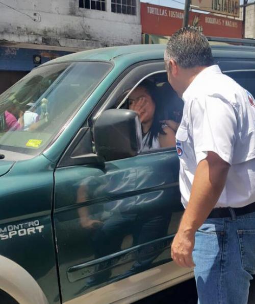 El candidato a la alcaldía de Guatemala durante el acercamiento con varios conductores en la urbe.  (Foto: Facebook/Juan Francisco Morales)