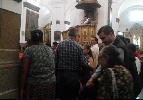El Comisionado de la CICIG saluda a los asistentes a la misa en Catedral.  (Foto: Radio Punto)