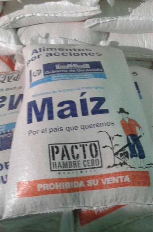 Estos son los sacos de alimentos que está entregando el presidente Otto Pérez Molina en Huehuetenango. (Foto: Soy502)