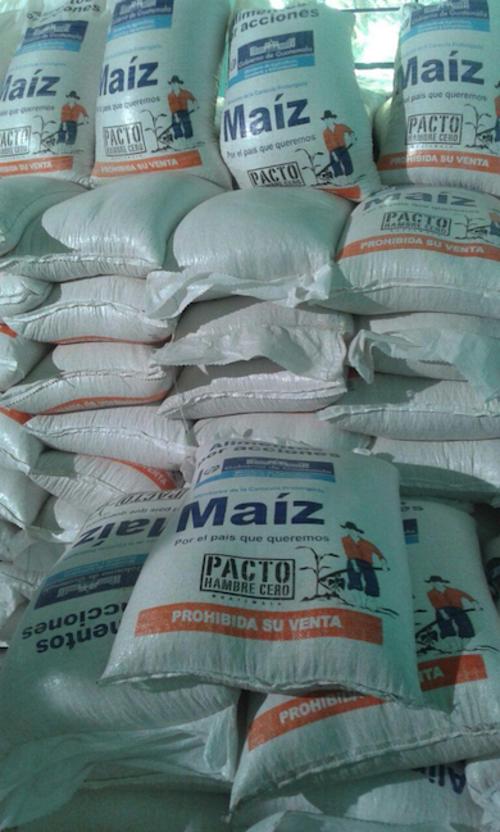 Los sacos tienen la imagen de un agricultor vestido con los colores del partido Patriota. (Foto: Soy502)
