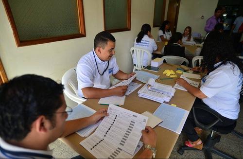 Se realiza una revisión de la impresión de las hojas del Padrón Electoral para evitar errores. (Foto: Wilder López/Soy502)