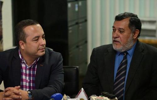 Los encargados de la impresión del Padrón Electoral. A la izquierda, Willard Alfaro, jefe del Departamento de Informática, y a la derecha, Leonel Escobar, Jefe del Departamento de Elaboración de Padrón. (Foto: Wilder López/Soy502)