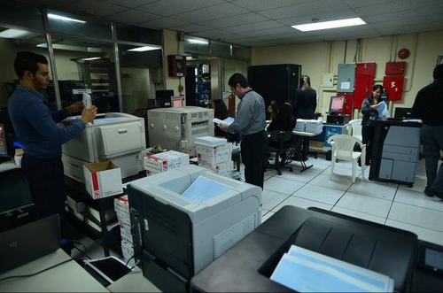 En esta sala es donde se están imprimiendo las 19 mil 852 copias del Padrón Electoral que se utilizarán el día de elecciones. (Foto: Wilder López/Soy502)