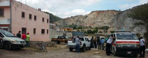 Un piloto de un microbus fue muerto a balazos en la 63 avenida y 7ma. calle de la Colonia Pinares del Norte. (Foto: Amilcar Montejo)