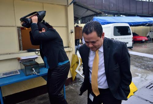 Representantes del Ministerio Público se retiran de la sede del TSE luego de escuchar a los encargados de informática para iniciar una investigación por los ataques cibernéticos. (Foto: Jesús Alfonso/Soy502)