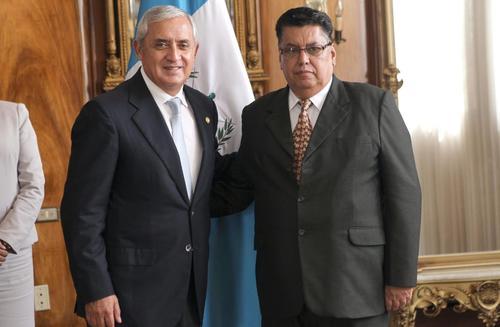 El presidente Otto Pérez Molina sonríe junto al nuevo ministro de salud, Pablo Werner Ramírez, que permanece con un semblante serio. (Foto: Presidencia)