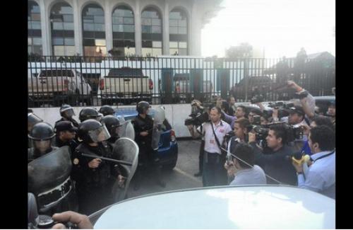 Los antimotines agredieron a los periodistas que cubrían la audiencia.  (Foto: Amilcar Montejo/Twitter)