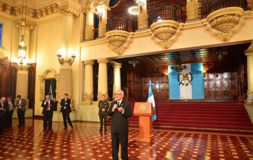 El presidente Maldonado Aguirre brindó una conferencia muy relajada, no utilizó el podio instalado y se acercó a los periodistas. (Foto: Jesús Alfonso/Soy502)