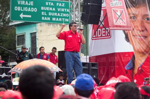 Arnoldo Medrano participa en un mitin en Chianutla pidiendo el voto para su sobrina, cuya imagen aparece en la manta al fondo. (Foto: Archivo/soy502)