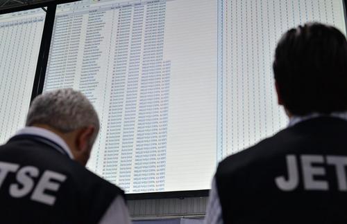 Miembros de las Juntas Electorales observan como el sistema de conteo de votos fue puesto a cero. (Foto: Wilder López)