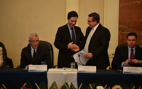 Salvador Romero, representante del Protocolo de Tikal, aquí saludando al presidente del TSE elogió el trabajo del ente electoral durante las elecciones. (Foto: Wilder López/Soy502)