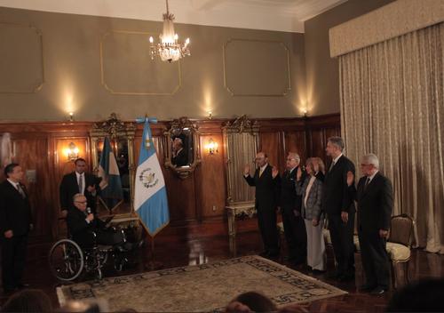 El presidente Maldonado, en silla de ruedas debido a la operación que sufrió esta semana, juramentó a los nuevos Ministros. (Foto: Jesús Alfonso/Soy502)