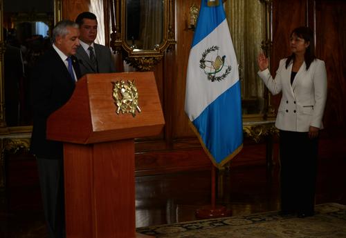 La continuidad de Eunice Mendizabal sigue en evaluación. En la imagen cuando fue juramentada por el expresidente Pérez Molina. (foto: Archivo/Soy502)