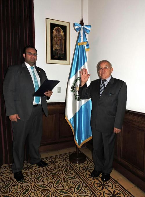 René Villegas Lara fue juramentado como nuevo titular del Registro de la Propiedad. (Foto: Presidencia)