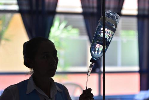 La situación en los hospitales lleva a que médicos y enfermeras encuentren soluciones con lo que tienen a la mano. (Foto: Wilder López/Soy502)