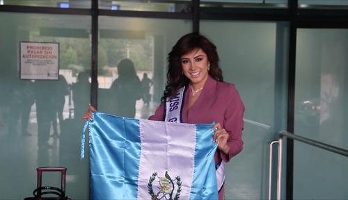 Jeimmy Aburto posó con la bandera de Guatemala, colores que espera poner en alto durante su participación en Ecuador. (Foto: Fredy Hernández/Soy502)