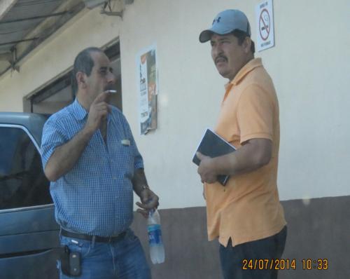 William Estuardo Morales Lima, alias W, encargado de Puerto Quetzal, aparece en la fotografía con camisa anaranjada y gorra junto a Osama Azziz. (Foto: Cicig)
