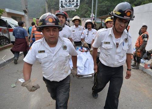 Los trabajos de búsqueda y rescate continúan. Sin embargo, muchas veces los rescatistas encuentran a las víctimas sin vida. (Foto: Wilder López/Soy502)