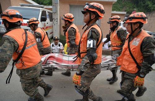 Los rescatistas continúan con su trabajo y ya han logrado sacar de entre los escombros a varias personas con vida pero también han encontrado a varias personas fallecidas. (Foto: Wilder López/Soy502)
