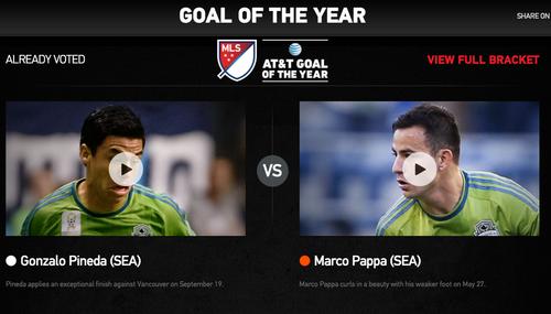 Marco Pappa lucha ante Gonzalo Pineda en la segunda ronda por el mejor gol del año de la MLS.