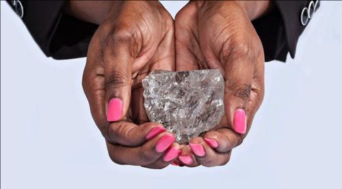El diamante tiene medidas de 6.5 por 5.6 centímetros con un espesor de 4 centímetro. (Foto: Twitter)
