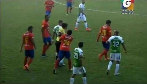 Ante los reclamos de Ruiz, nuevamente Ever López persigue a Ruiz para mostrarle la tarjeta roja, un jugador rojo intenta detener la carrera del silbante.
