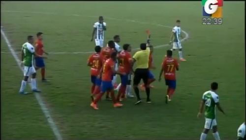 Ever López le pone la tarjeta roja frente a Carlos Ruiz lo que provoca la reacción de Ruiz.