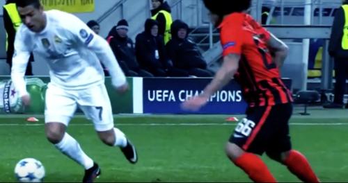 El momento justo en que Cristiano Ronaldo empieza caer después de fallar la jugada.