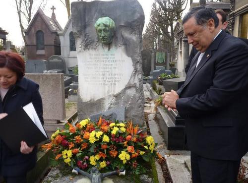 El vicepresidente Alfonso Fuentes Soria visitó las tumbas de los escritores Enrique Gómez Carrillo y Miguel Ángel Asturias para rendirles homenaje. (Foto: AGN)