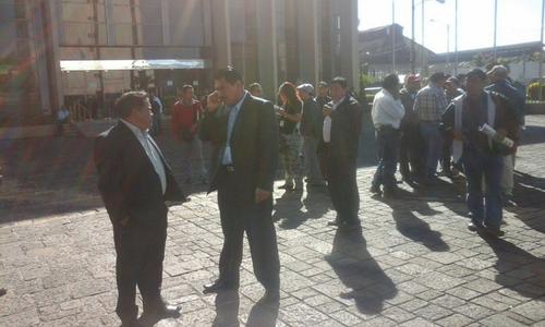 Un grupo de alcaldes de occidente del país realizan una protesta frente al Ministerio de Finanzas, piden que se les asignen los recursos que se les adeudan. (Foto: Radio Punto)