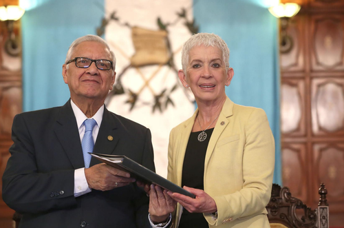 Adela de Torrebiarte le entregó al propuesta de la nueva Ley de la PNC al presidente Alejandro Maldonado. Aún no hay fecha para que sea enviada al Congreso. (Foto: Presidencia)