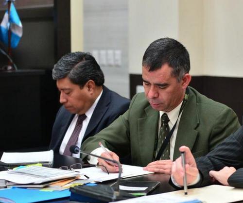 Antonio Morales (d) y Antulio Villatoro (i) durante una audiencia del caso La Línea, ambos fueron separados del mismo. (Foto: Archivo/Soy502)