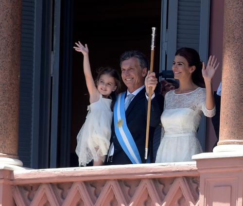 Macri junto a su esposa que regresa la figura de primera dama a Argentina y su pequeña hija de tres años. (Foto: AFP)