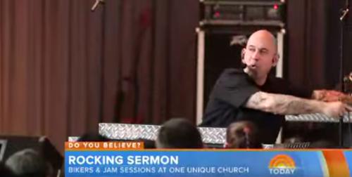 El pastor Brian Smith, dando su sermón. (Foto: Youtube)