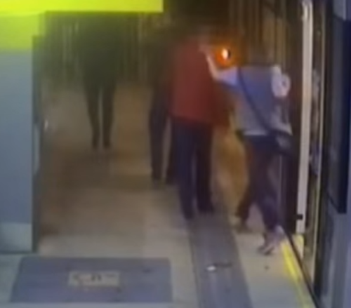 Momento en que inicia la pelea, luego de los hombres se bajaran del tren.