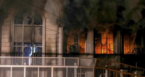 Detalle de la embajada de Arabia Saudí en Irán luego de ser atacada. (Foto: EFE)