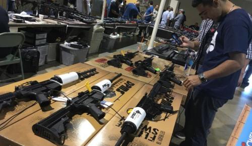 En la feria se ofrecieron diversidad de armas de fuego, incluso, fusiles. (Foto: EFE)