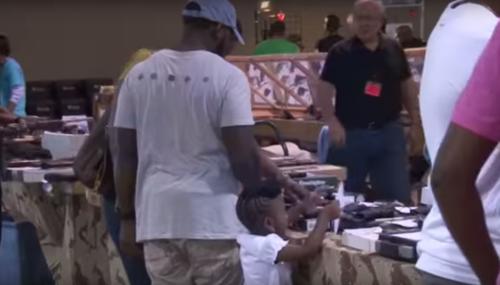 Padres de familia con sus hijos llegaron a la feria de armas en Miami. (Foto: EFE)