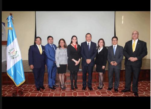 Juan Adriel Orozco (de traje azul y corbata amarilla, junto a la bandera) aparece junto al resto de funcionarios del Ministerio de Gobernación que fueron juramentados este martes. (Foto: Mingob)