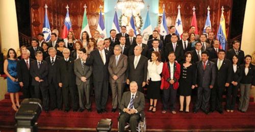 Estos son todos los diputados de Guatemala ante el Parlacen junto al presidente en funciones, Jafeth Cabrera y el presidente del Congreso, Mario Taracena. (Foto: Presidencia)