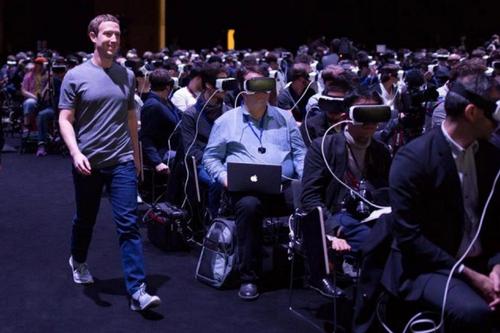Mark Zuckerberg camina en medio de un montón de personas conectadas a realidad virtual. ¿Es esta una pequeña muestra de un tenebroso futuro?. (Foto: AFP)
